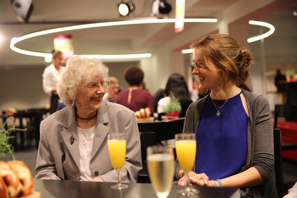 Zwei Damen –alt und jung – die schon sichtlich Spaß miteinander haben